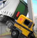 Impacto de un vehículo contra una nave en construcción