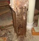 Corrosión de un soporte mecánico de un edificio