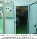 Acceso y cuadro de control de la cámara  climática de conservación de muestras de suelo